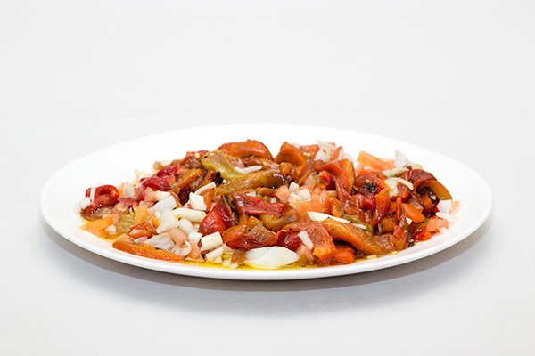 ensalada de pimientos rojos y tomate